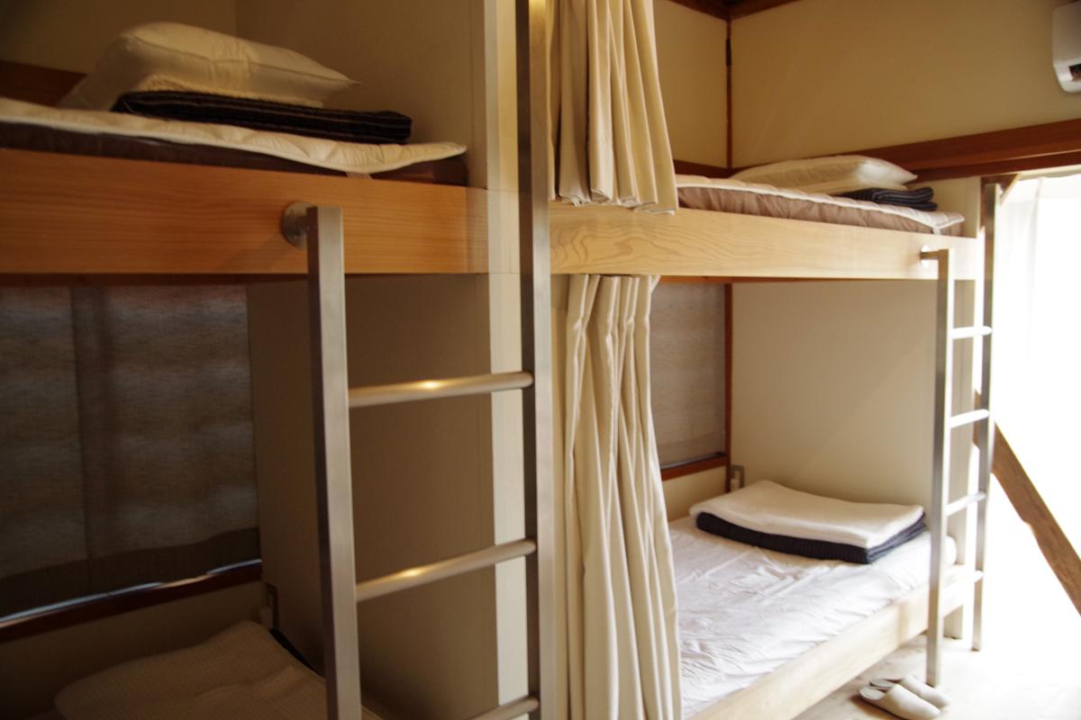 心地よさを追求し厳選された寝具。カーテンを閉めると程よいプライバシー感もある。