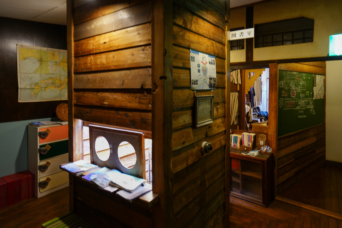 2階、2つのドミトリーの真ん中に位置する明かり取り窓つきの図書コーナー