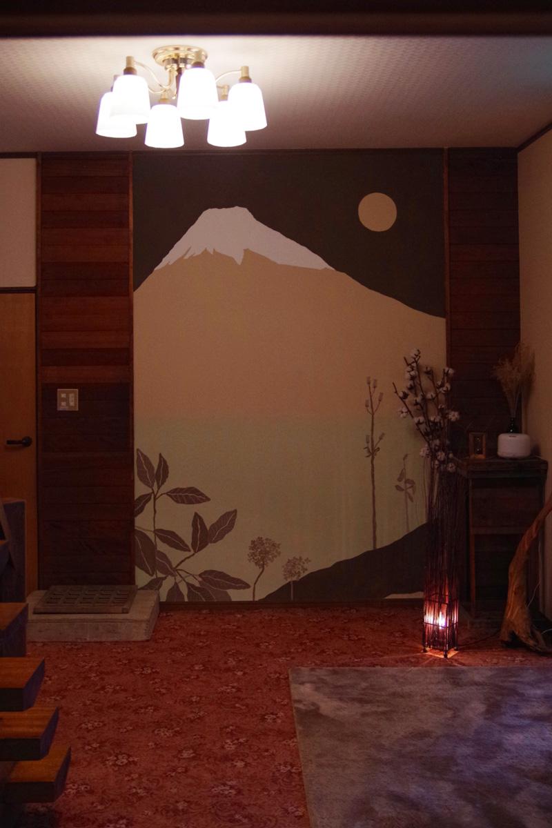 玄関横にある大きな富士山の壁画