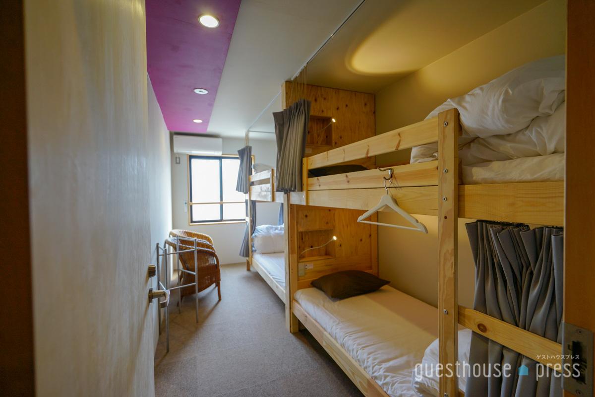 すっきりまとまっている4人部屋。ベッド前の小棚がうれしい