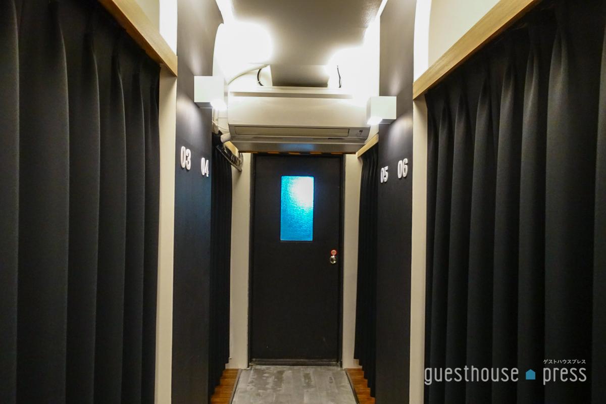 各ブースが遮光カーテンで仕切られ個室っぽさが強化された