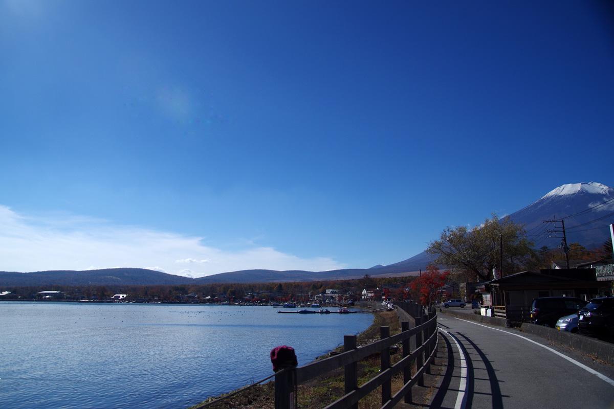 宿の目の前が山中湖。湖畔まで出ると富士山を眺めることができます