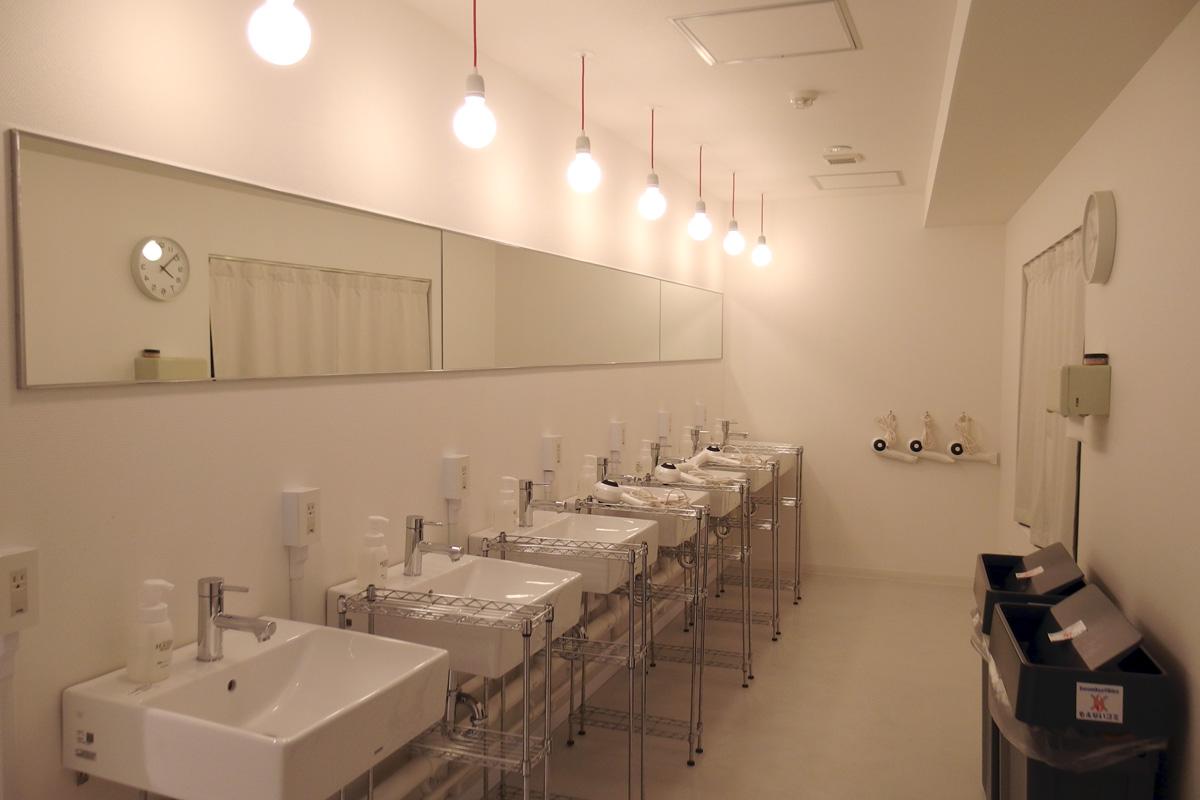 東京浅草・BUNKA HOSTELの洗面スペース