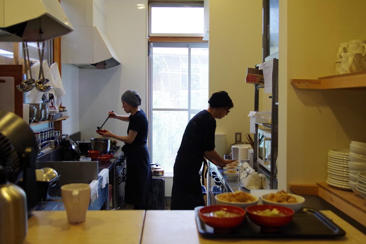 朝のキッチン。朝食準備中