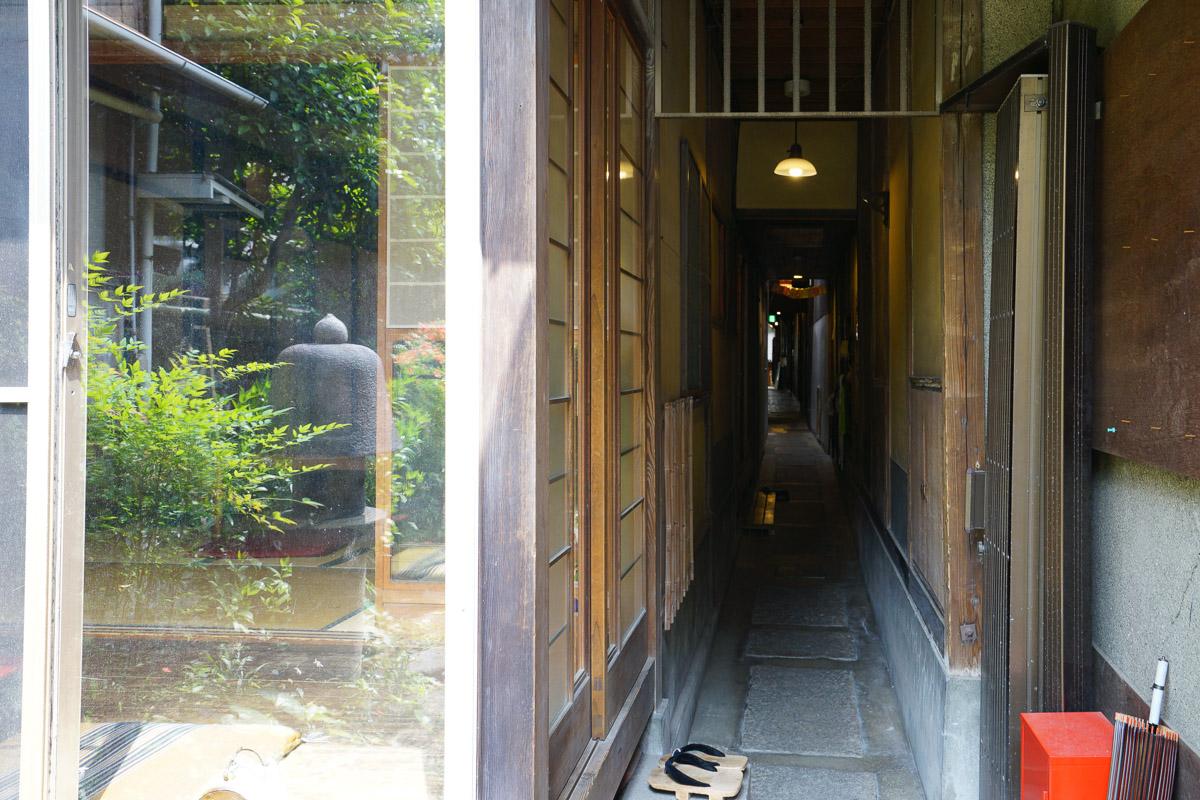 長い廊下の入口を逆側・中庭から見たところ