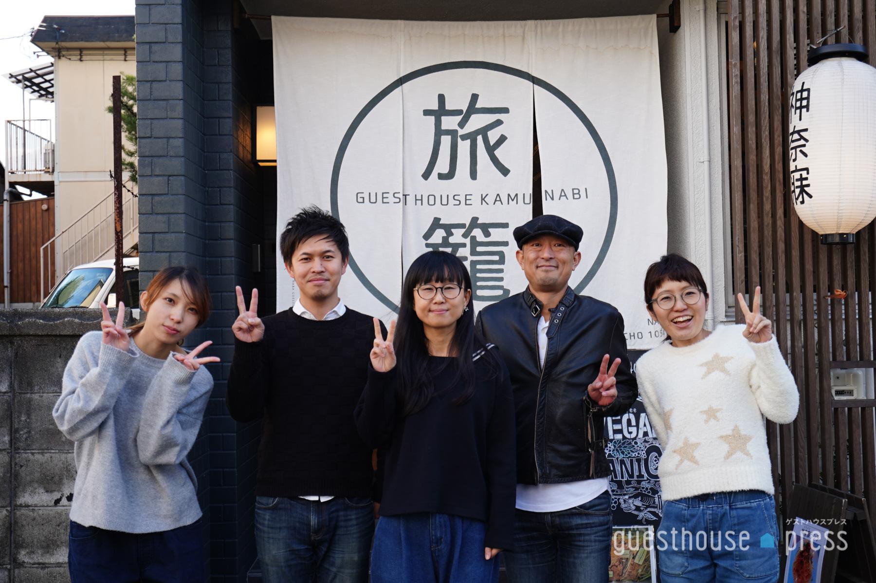 FM802DJ土井コマキさんを囲んでスタッフのみなさまで記念撮影!